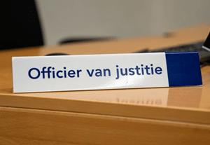 wat verdient een officier van justitie aan salaris